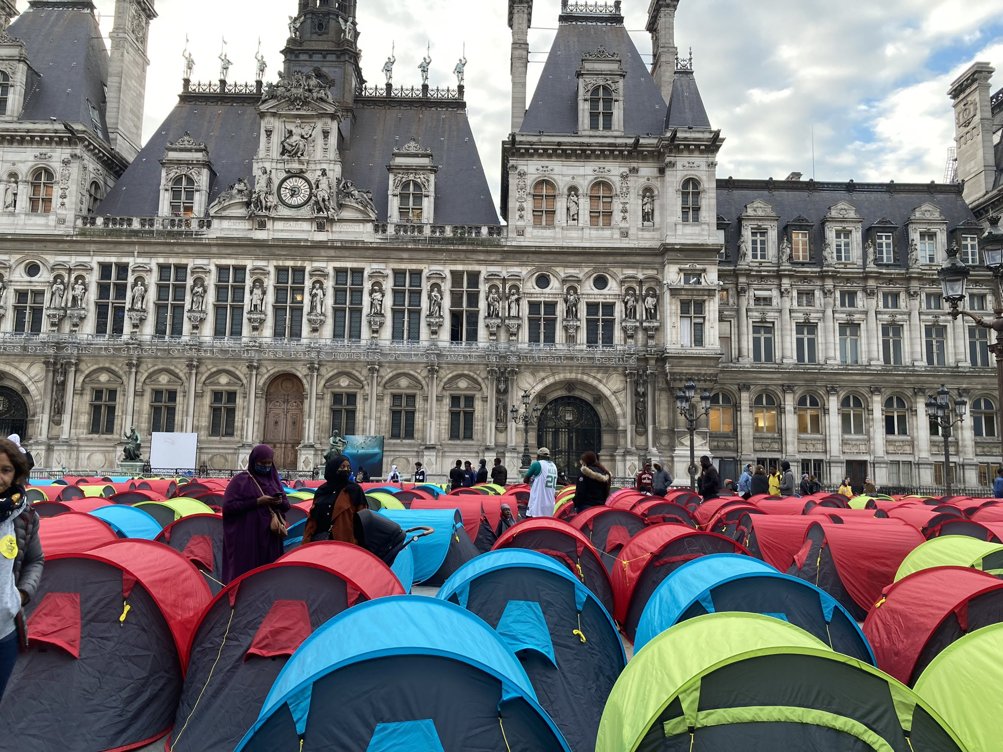 Protestcamp vor dem Pariser Rathaus