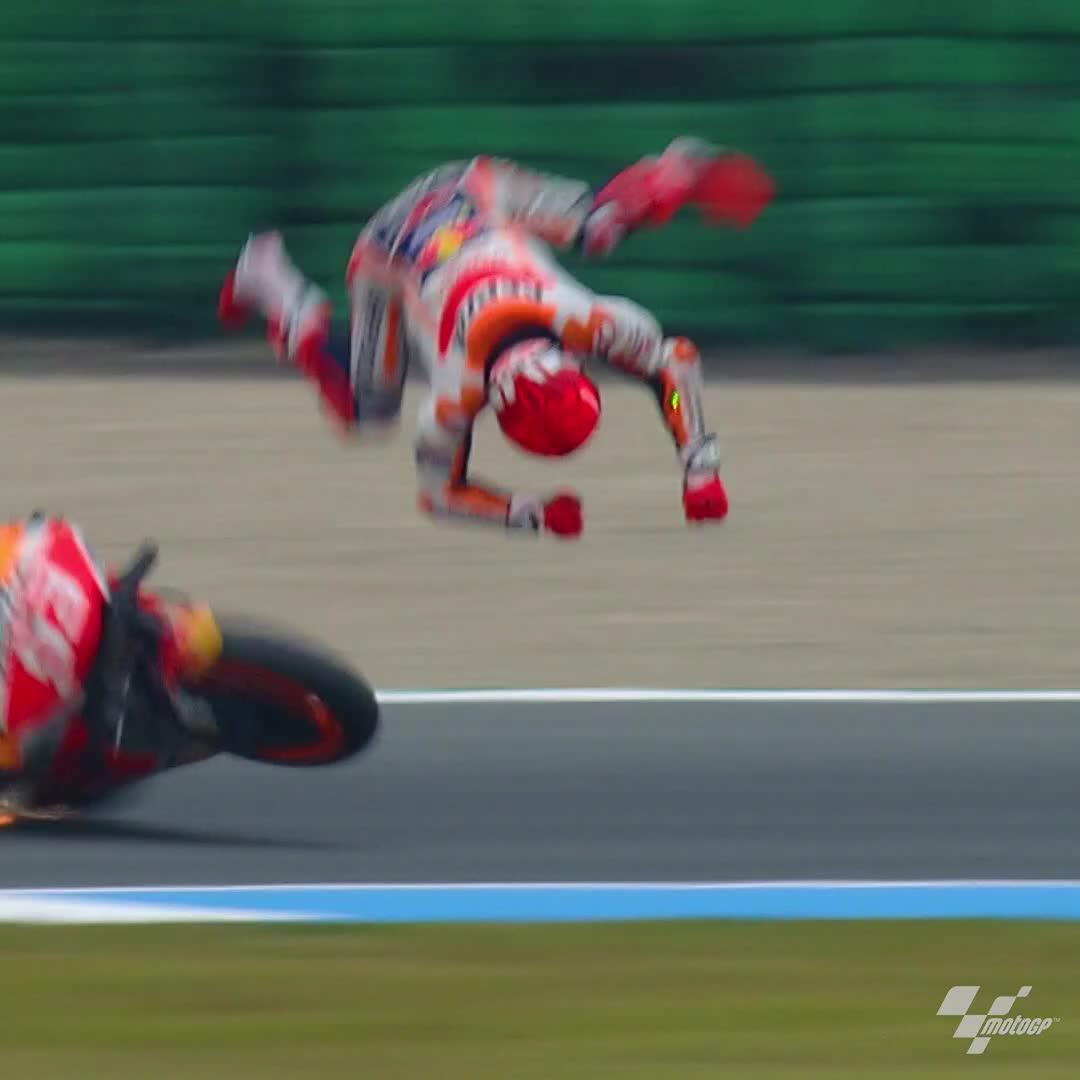 バイクのレースで事故、このスピードでクラッシュしても無傷!