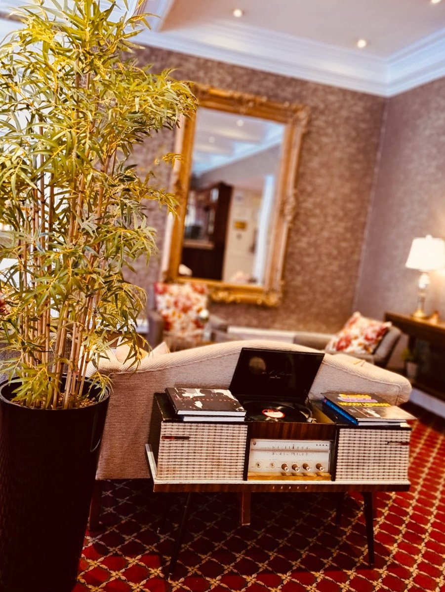 Vintage record player in our spacious lobby. A great talking point with guests https://t.co/sB0wNOWjtM