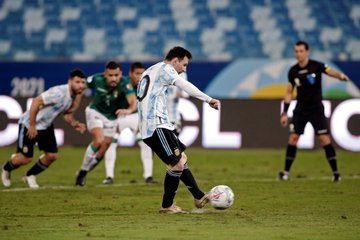 Lionel Messi mengeksekusi penalti pada matchday pamungkas Grup A Copa America 2021 di Stadion Arena Pantanal, Cuiaba, Selasa (29/6/2021) pagi WIB.