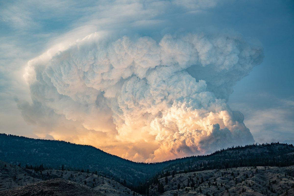 Spectaculaire pyrocumulus consécutif à un incendie dans la région d'Ashcroft en Colombie Britannique où il a fait 48°C ces dernières heures.