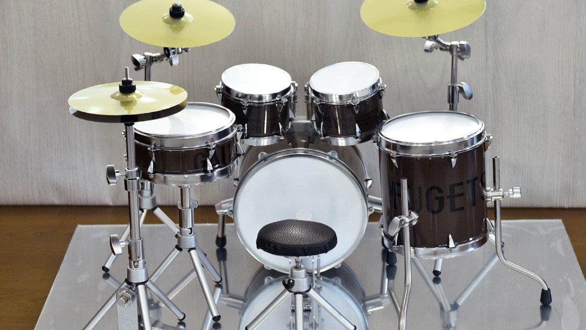 ゴーフル缶でドラムセット作ったらかっこええと思う…社長の一言で出来上がったイカシたドラムセットがこちら!