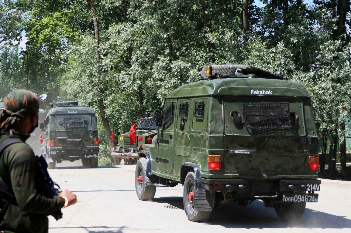 जम्मू कश्मीर में सुरक्षा बलों और आतंकवादियों के बीच हुई मुठभेड़ में तीन आतंकवादी मारे गए