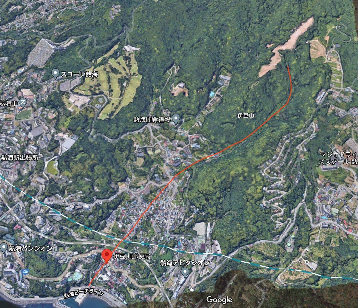 熱海の土砂崩れ(土石流っぽい)の現場地形図。 赤線が推測の土石流の経路。 報道に出てた建物が見える。...