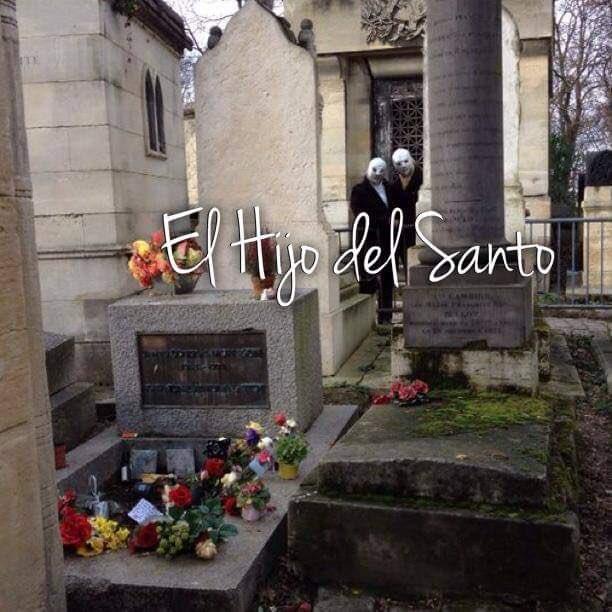 Gracias por compartir esta bella #FotoConHistoria Visitando  en el Cementerio Père Lachaise de París, la tumba de #JimMorrison.  .@supermaoks con #SantoJr. #ElHijodelSanto https://t.co/3BeJ0oY25H