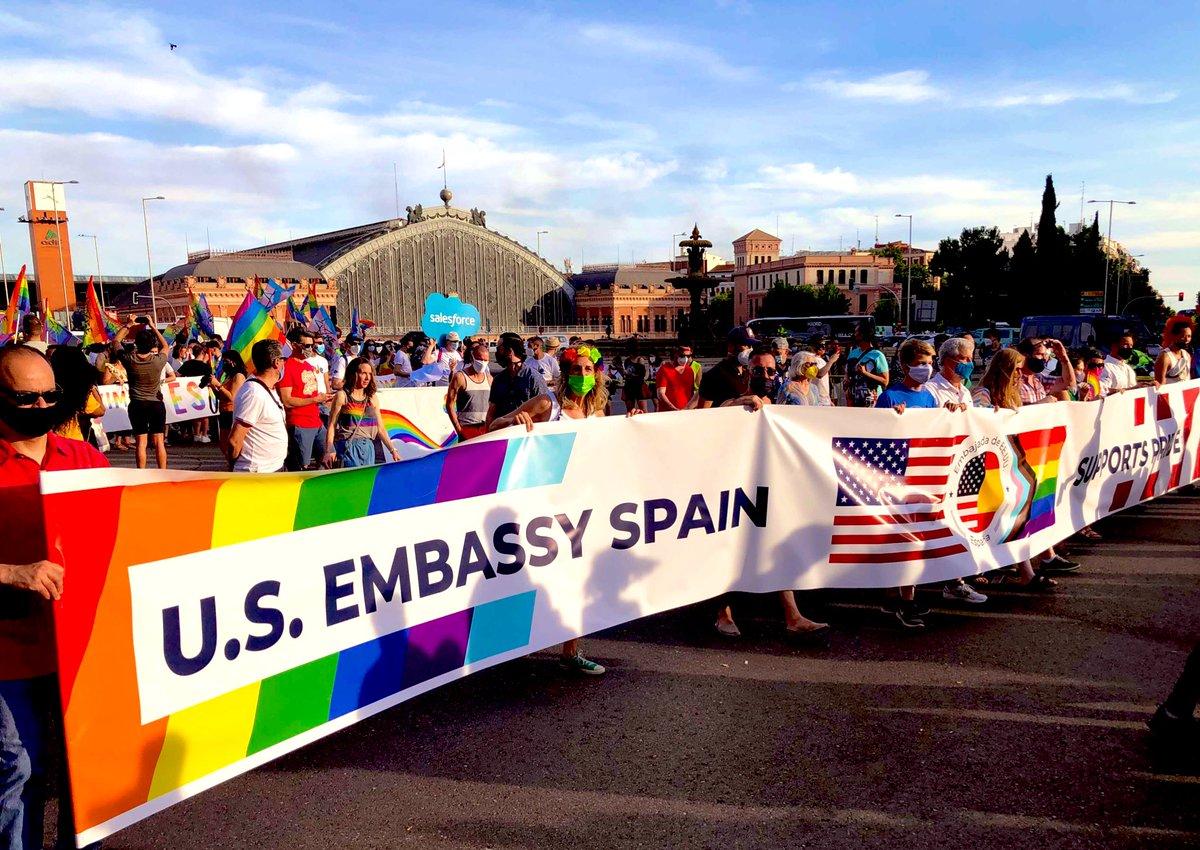 🏳️🌈🏳️⚧️Por primera vez, la Embajada de EE.UU. participa oficialmente en la manifestación del#Orgullode Madrid. Al frente está el encargado de negocios Conrad Tribble, así como empleados y familias, orgullosos de estar con nuestra pancarta en apoyo de la comunidad#LGBTQI+ @glifaa https://t.co/5AkntoUW9J