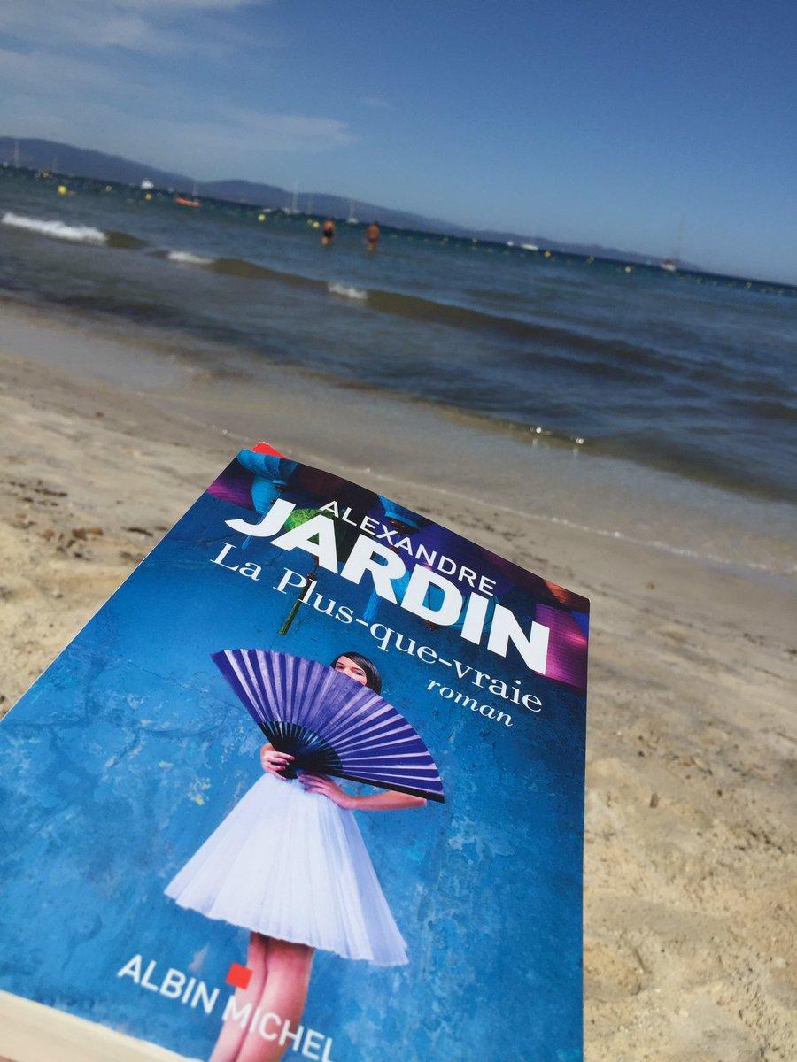 Reçu cette photo d'un auteur (il se reconnaîtra) que j'aime me lisant, fouillant son horizon. Qu'il n'hésite jamais en fermant ces pages à vivre à la hauteur de #laplusquevraie  La littérature réinvente le réel. Elle n'est faite que pour déranger notre vie, l'oxygéner,l'illimiter https://t.co/i2bFqUj77C
