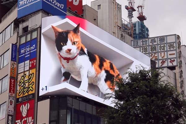 新宿駅前に巨大猫が出現!?3D映像が放映できる大型街角ビジョンに登場!