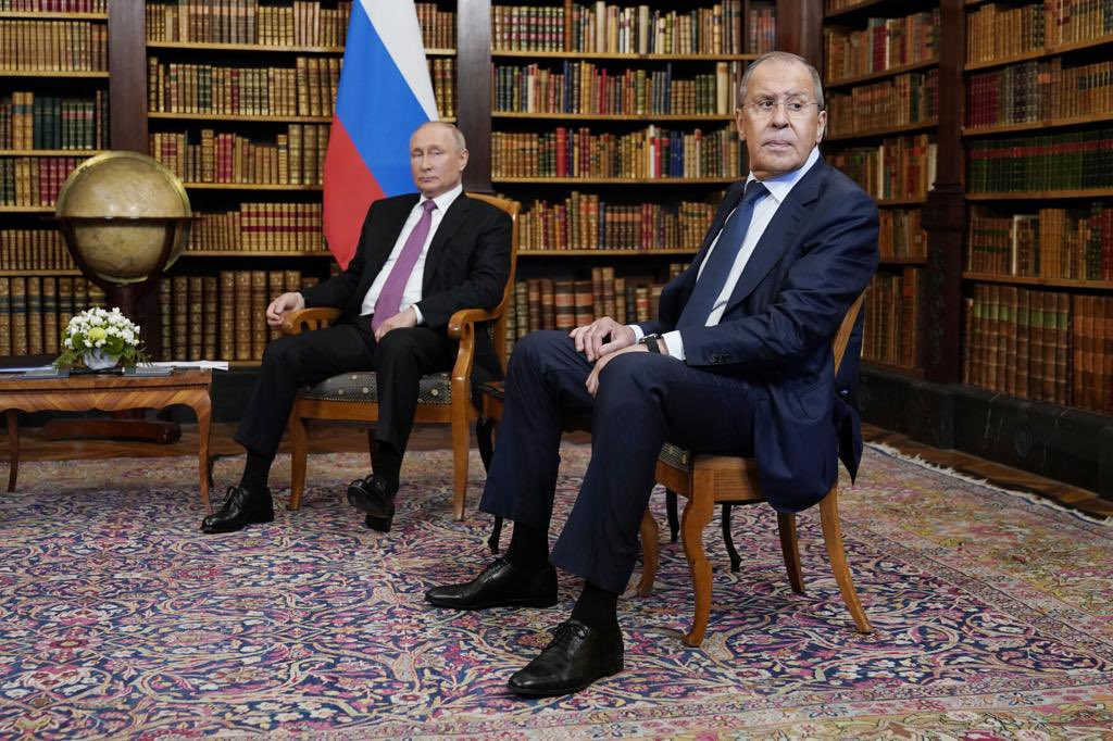 #Lavrov on 🇺🇸's resumed lecturing after #GenevaSummit2021: The attempts to hold dialogue w/ 🇷🇺 from the position of force doomed to failure: we'll respond harshly & resolutely. Mutually acceptable balance of interests strictly on a parity basis is needed. https://t.co/0WROgiEWNk https://t.co/91B7kdseTQ