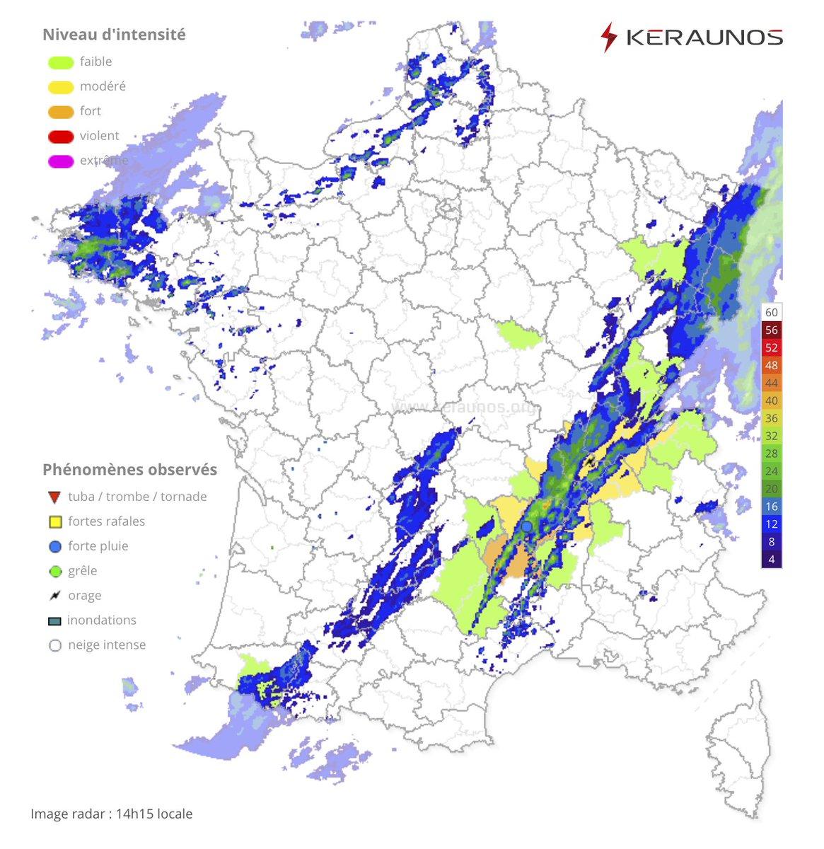 Une ligne orageuse se développe actuellement le long du front froid, entre la #Lozère et la #SaôneEtLoire, apportant localement de fortes précipitations ! Carte en temps réel ->