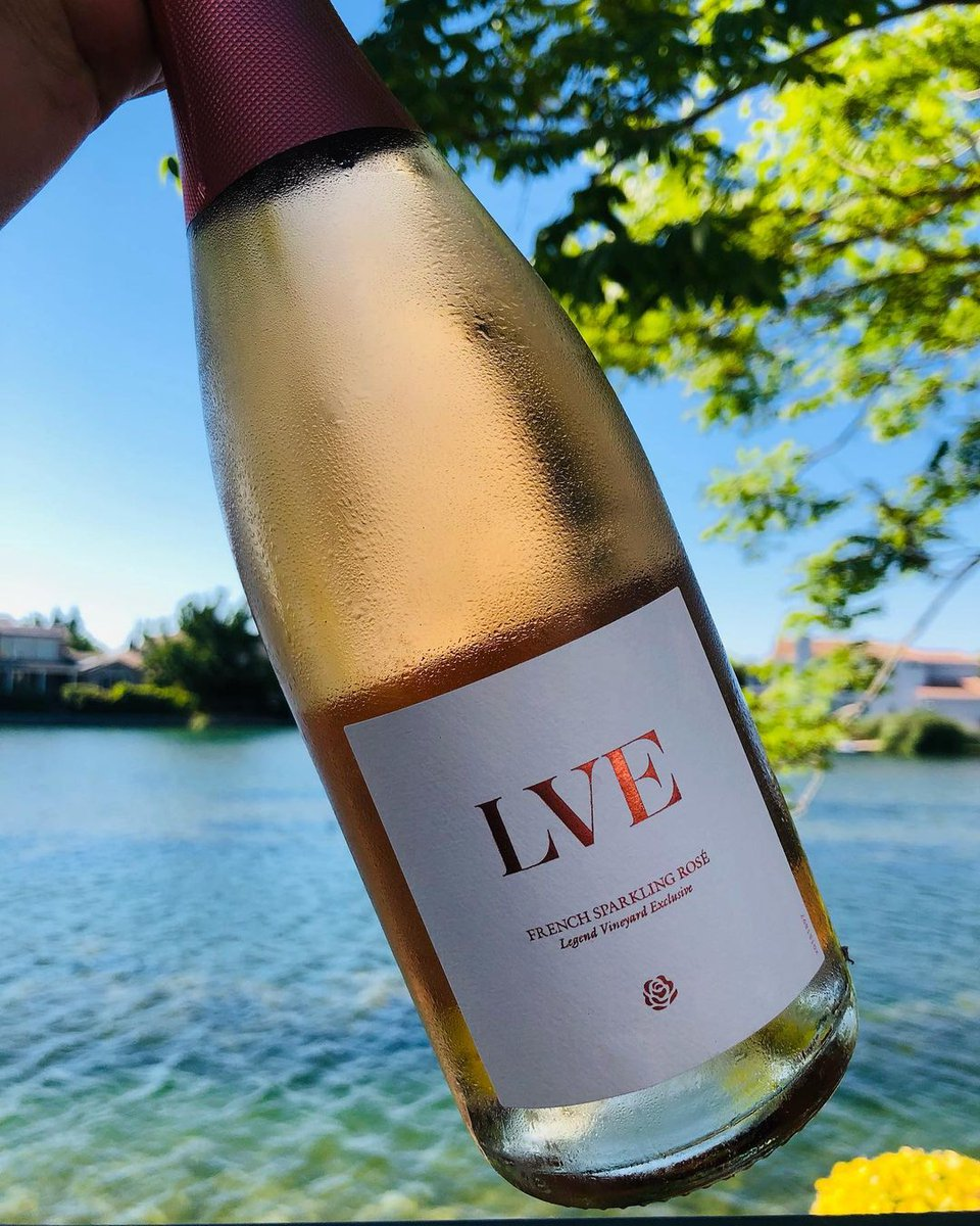 Our sparkling rosé + a nice view = perfect for date night. Don't forget the wine glasses! (Or just drink from the bottle, we don't judge.) 📸 via @discaliwinegurl https://t.co/NOkQGlqEe9