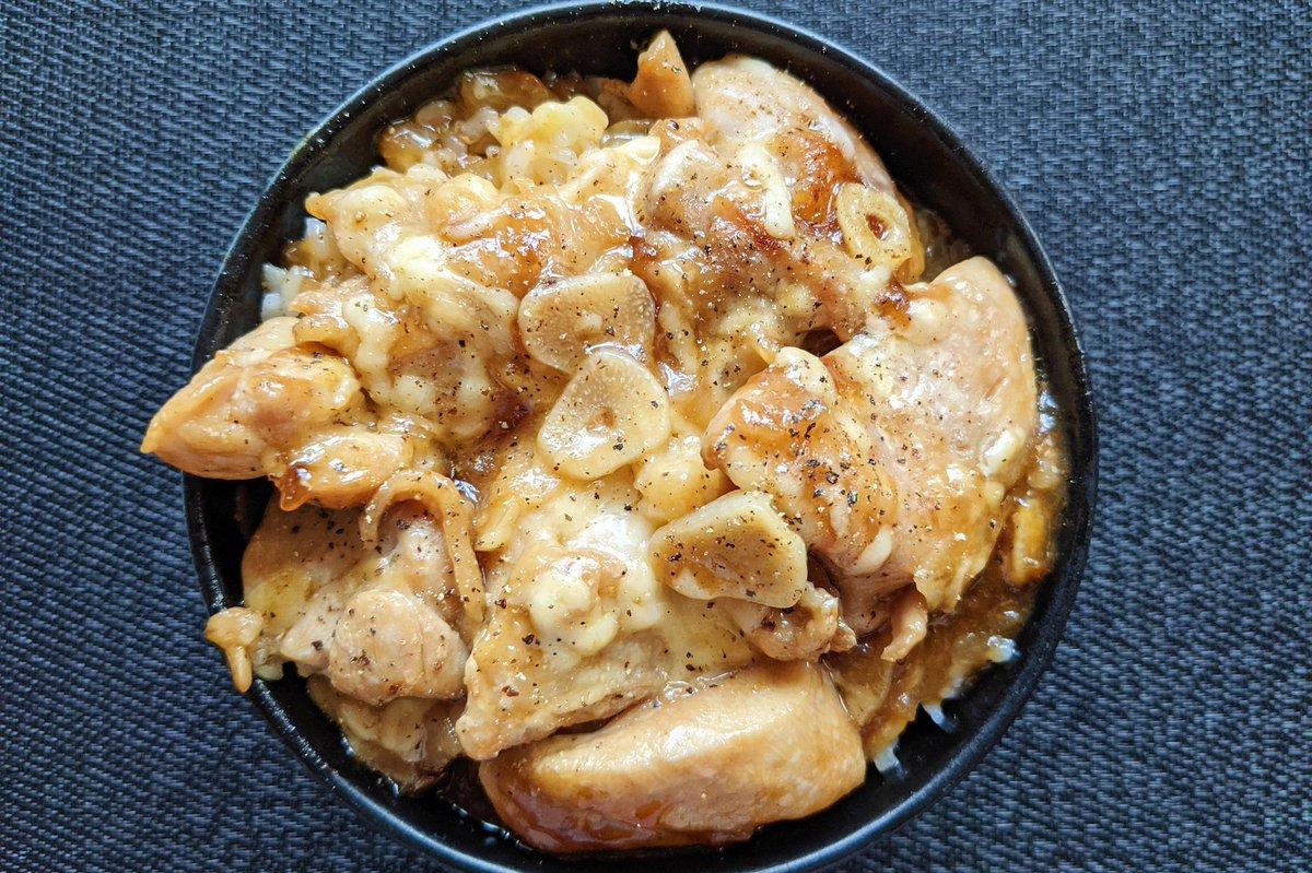 絶対に美味しいでしょ。食べると元気になりそうな「にんにくチーズのテリチキ丼」。