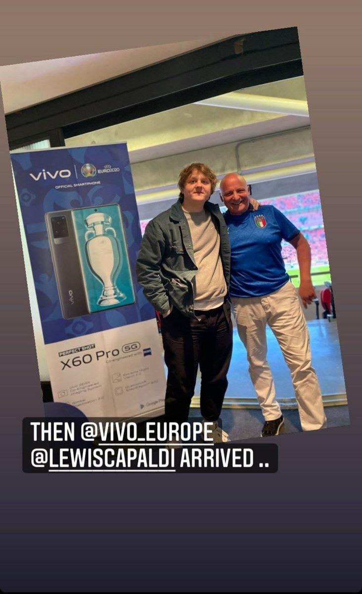 más fotos de Lewis con fans!  ©thecangroup ©hallsandhalls