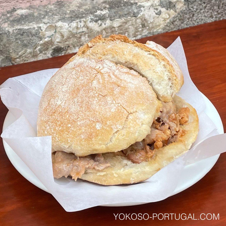 test ツイッターメディア - ポルトガルB級グルメの王様、ビファーナ。スパイスとともに煮込んだ、汁だく豚肉のサンドイッチ。 #ポルトガル料理 https://t.co/qlyTtj2heO