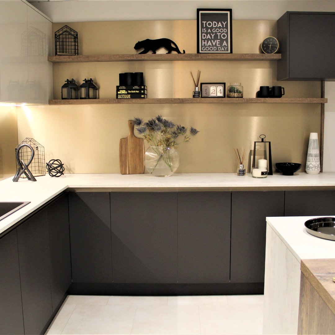 Are you ready to design a luxury kitchen without breaking the bank? . ⭐Find out how - bit.ly/3y2hdNE . 🏡 H Line Sutton in Burnt Umber, Metalix splashback Bronze, Milano in Artcit Frost