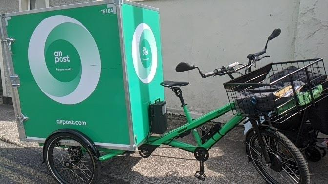 As I approached I thought, that's some order for deliveroo😂 Best thing I've seen in a long time, Post on a bike 😍 @Postvox  #anpost @PhotosCork @pghcork @brianrohancork @torban69 @johncreedon @pure_cork #Corkcity #cork https://t.co/nFnau14hU0