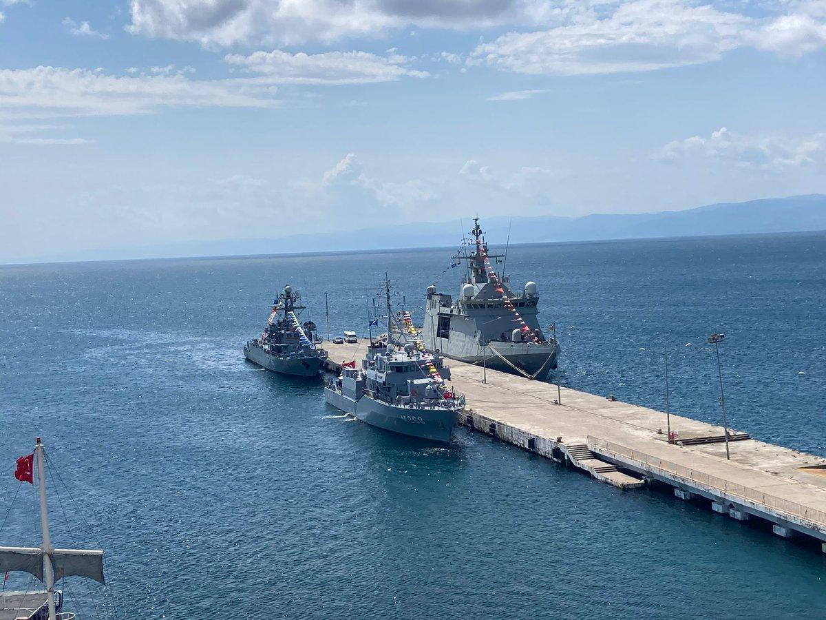 El #BAMRayo de la @Armada_esp 🇪🇸 recala con la #SNMCMG2  en el Puerto de Sinope, Turquía, junto con un buque turco 🇹🇷 y rumano 🇷🇴 engalanados en señal de respeto a las festividades locales. @NATO  @COM_SNMCMG2  #WeAreNATO  #StrongerTogether #MOPS https://t.co/UaCplxdktq