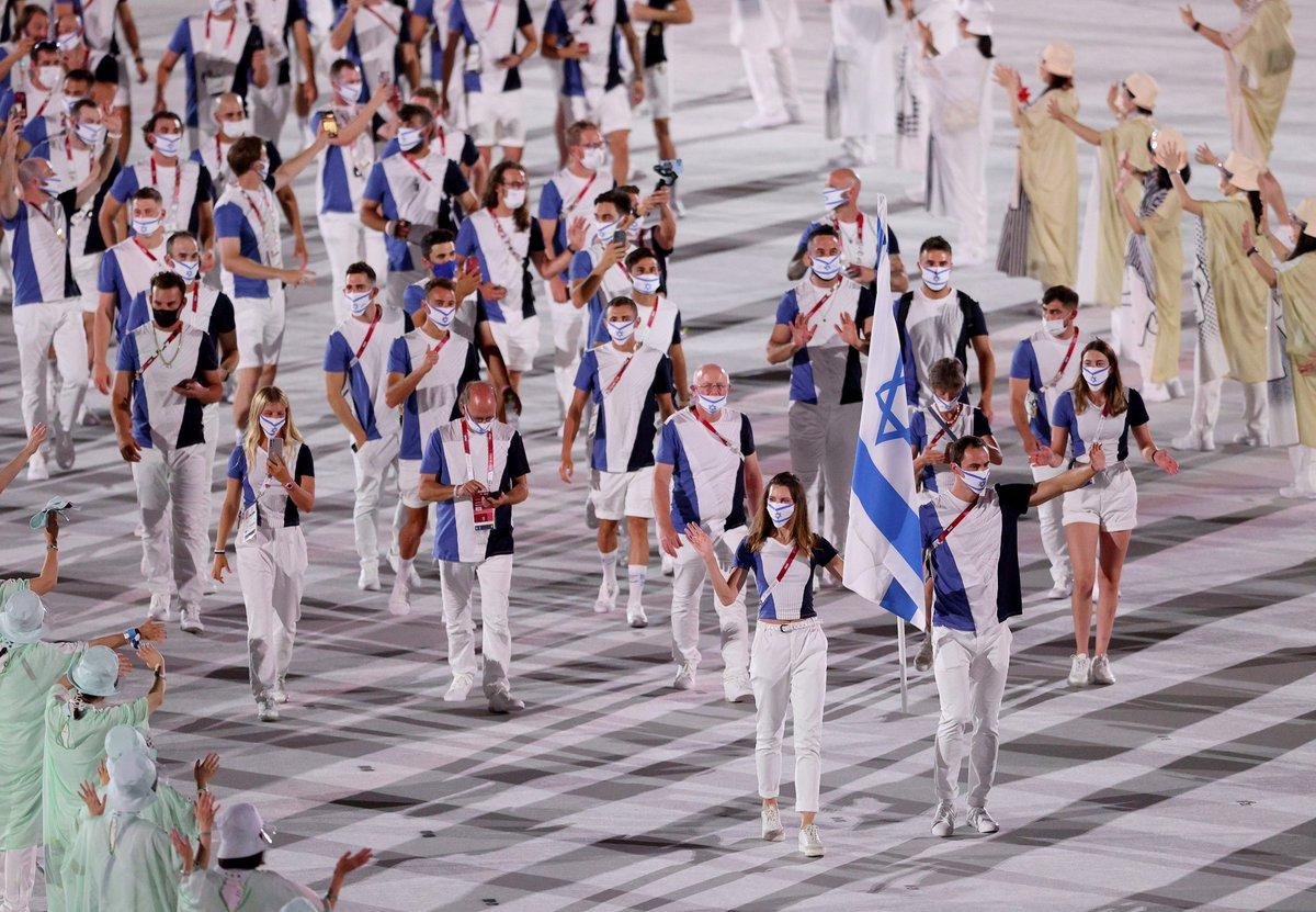 Enter... Israel! Hanna Minenko and Yakov Toumarkin carry the flag of Israel. #ISR  #StrongerTogether   #OpeningCeremony https://t.co/z7lK6LiR1w