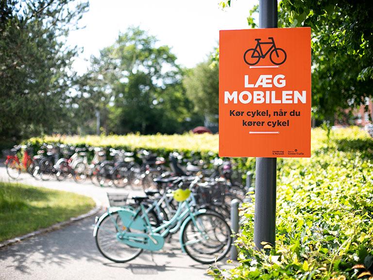 Når du cykler, har du brug for alle dine sanser. Du skal kunne høre de andre i trafikken, være forudseende og samtidig styre din cykel sikkert. Cykelulykker sker ofte, fordi cyklisten er uopmærksom pga. mobiltelefonen, musik i ørene, m.v.  Kør cykel, når du kører cykel. #politidk https://t.co/NZih4hbyLp