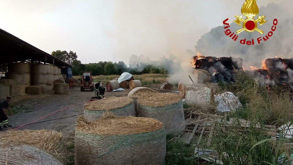 Maxi incendio in azienda agricola: 150 rotoballe a...