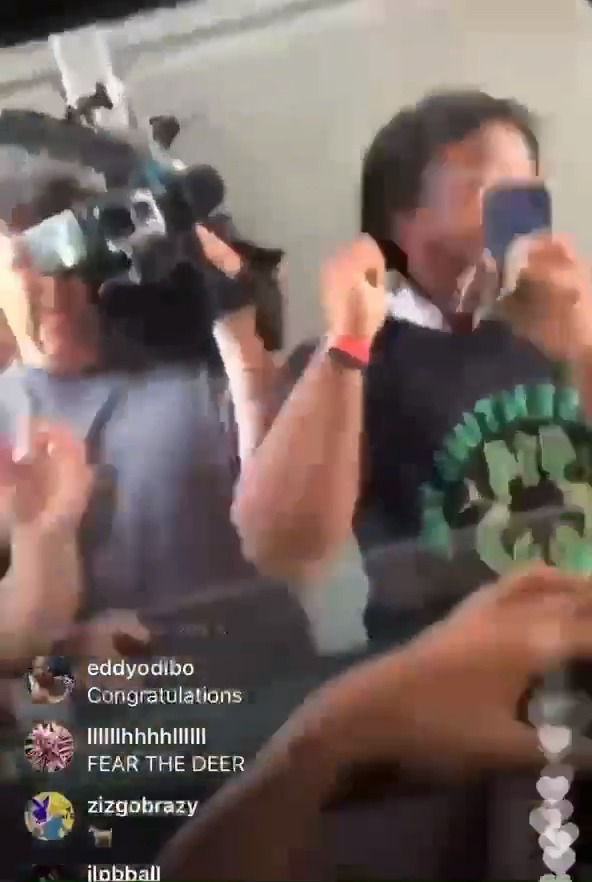 Giannis let a fan touch the Larry OB 😂 https://t.co/0ka5sx6vER