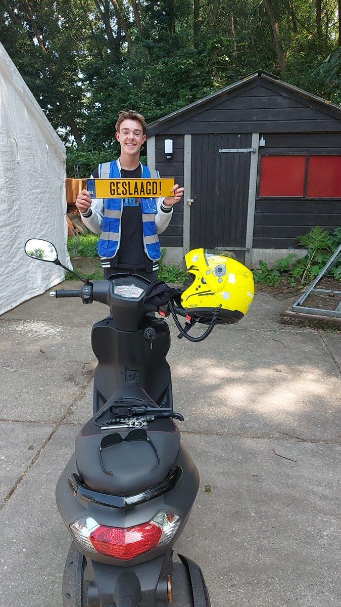 test Twitter Media - Ook Julian Kraaijeveld in 1x geslaagd voor het #scooter #rijbewijs! #AM2 Van harte gefeliciteerd en veel rijplezier. https://t.co/hU8bpLANeT