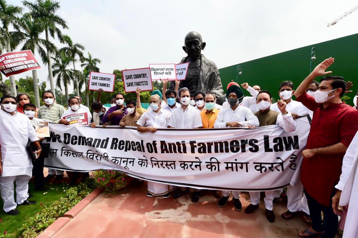वे असत्य, अन्याय, अहंकार पर अड़े हैं, हम सत्याग्रही, निर्भय, एकजुट यहाँ खड़े हैं।  जय किसान!  #FarmersParliament https://t.co/y9xGdvgT3T