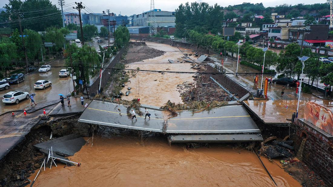 Death toll rises as passengers recount horror of China subway floods Photo