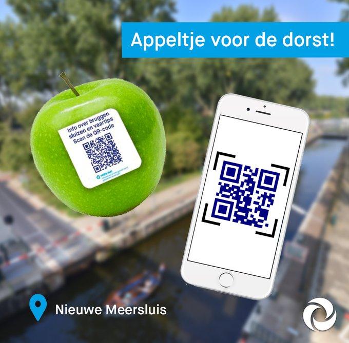 Een appeltje voor de dorst! 🍏 🚤 Onze brugwachters delen zaterdag appeltjes uit op de #NieuweMeersluis. Scan de QR-code voor vaartips 👍 O.a. hoe je vlot en veilig een sluis doorkomt #varen