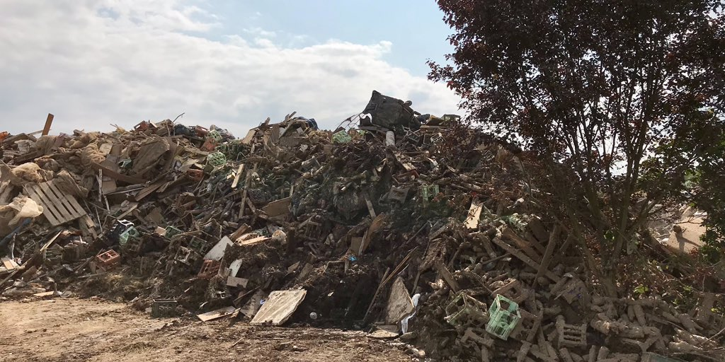 Mit Schlamm überzogene Müllberge aus persönlichen Habseligkeiten säumen nach dem #Hochwasser in den Orten im #Ahrtal immer noch die Straßen. Die Aufräumarbeiten und die #Entsorgung stellen die Betroffenen und Rettungskräfte vor eine Herausforderung. Überall wird Hilfe benötigt. https://t.co/daEkpM7F06