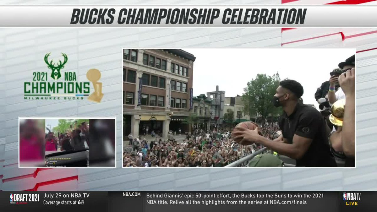 Giannis practicing his free throws at the parade  Even did the pause 💀 https://t.co/WuIgUrNqvm