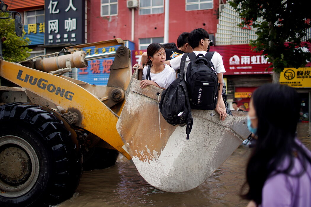 Unusually heavy rains engulfed roads and bridges, flooding towns and cities in central China. The extreme weather has killed 33 people, displaced 250,000, and caused widespread disruption. https://t.co/2705X9UBaJ https://t.co/OVQmEfeg50