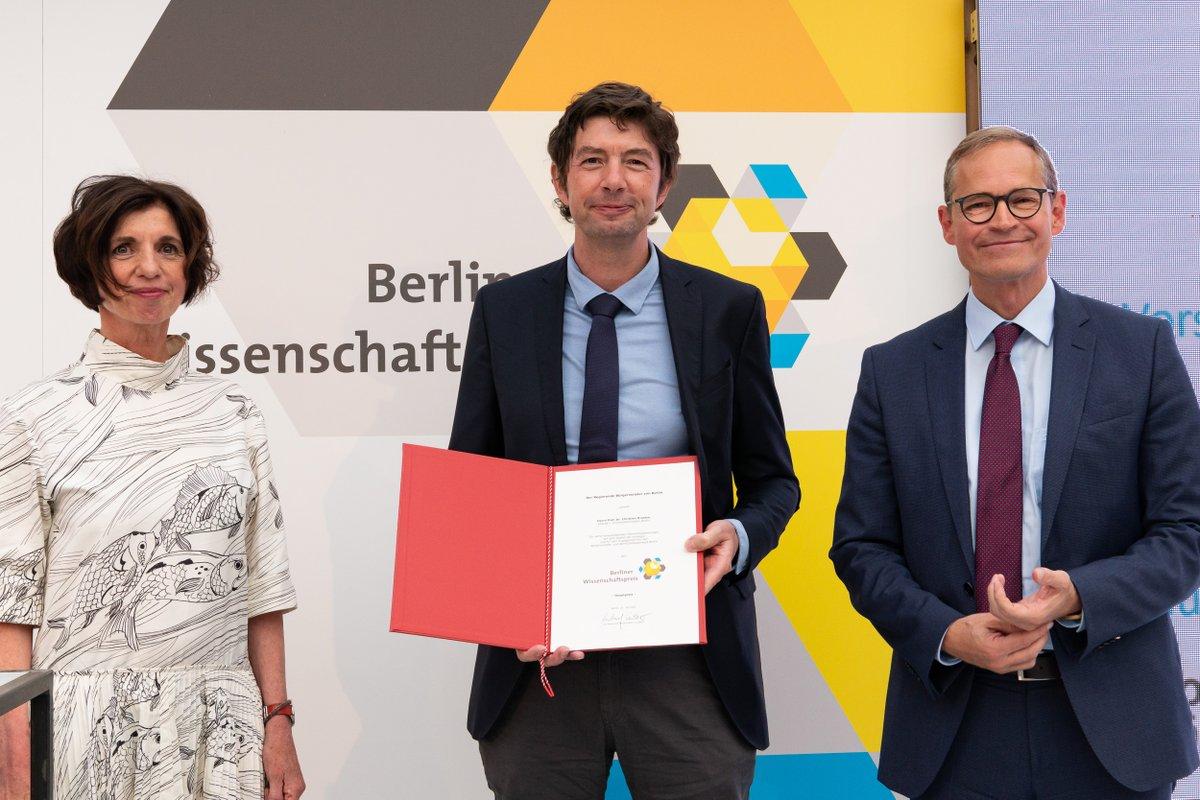 Herzlichen Glückwunsch an die beiden #CharitéBerlin-Wissenschaftler @c_drosten und @anton_gh zum Berliner #Wissenschaftspreis 2020 und zum Nachwuchspreis 2020! 🎉 👏 @RegBerlin @MDC_Berlin https://t.co/Huvc9pUcbY