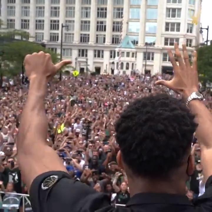 CHILLS.  Bucks fans shower Giannis with MVP chants during the Parade 🗣  (via @Bucks) https://t.co/KCV9iTr9g5