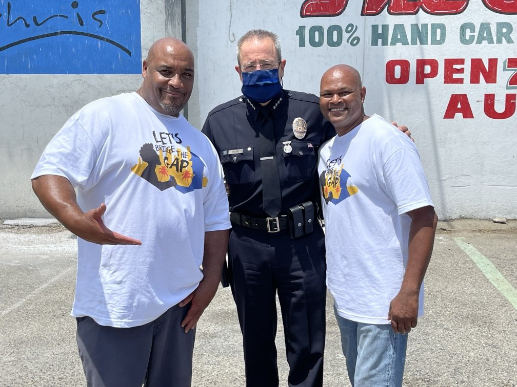 """Earlier today, Chief Moore and several members of the LAPD were honored to participate in """"Let's Bridge The Gap"""".   C.W. and Chris Fish & Chicken, a restaurant in South LA since 1992, served free meals to the community, while members of the LAPD joined in conversation & growth. https://t.co/UlAj2i2Rnn"""