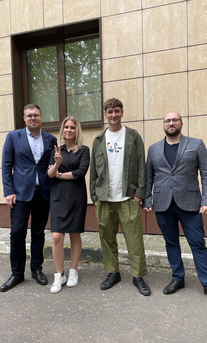 С адвокатами @vb_voronin и @Paraskevov_N и Олегом Навальным.   Олега как и меня сегодня судят в Преображенском суде Москвы только за то, что он брат Алексея, политика, которого до жути боится Путин. https://t.co/gWPTXMtoLq