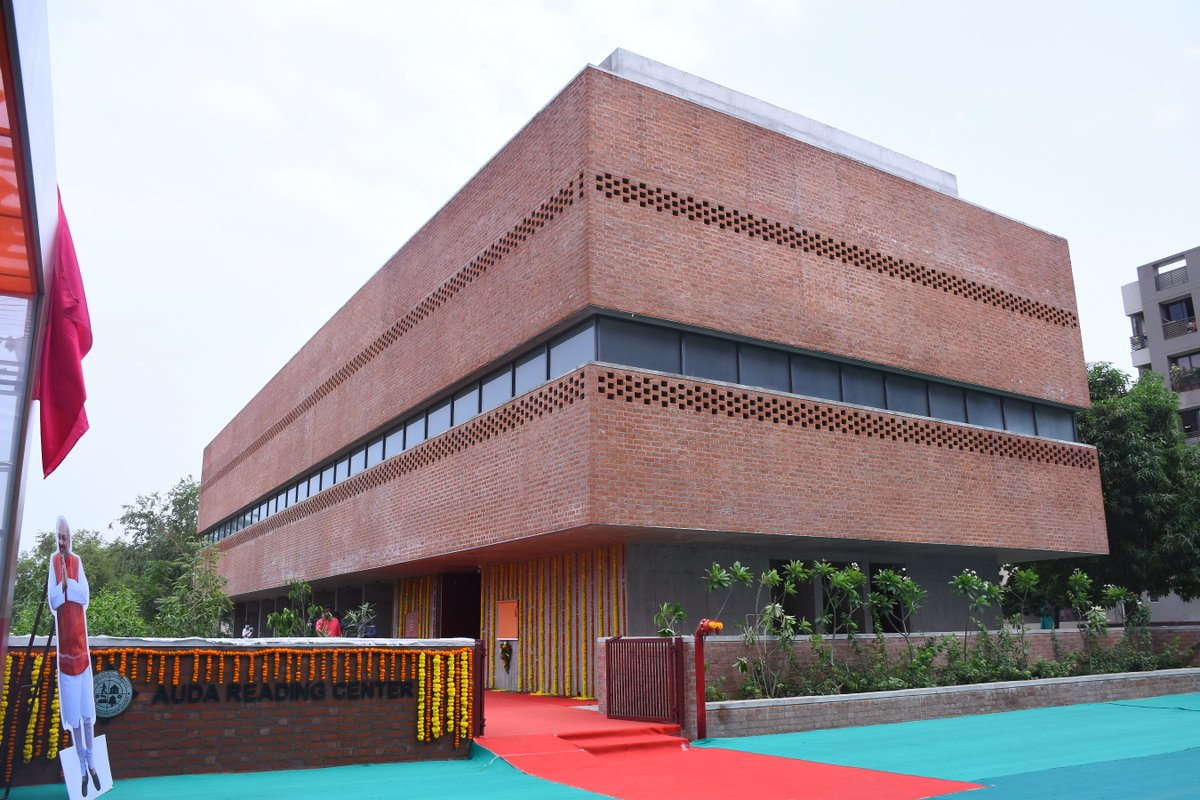 Amit Shah inaugurates and visits a reading library in Bopal