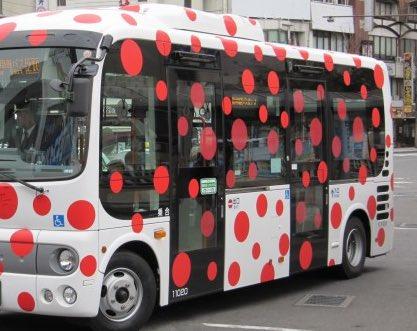 松本市で老若男女に『ヤバい病気のバス』として親しまれている草間彌生デザインのバスですが小学生などはこのバスを見かけると親指を隠して見えなくなるまで息を止めています。