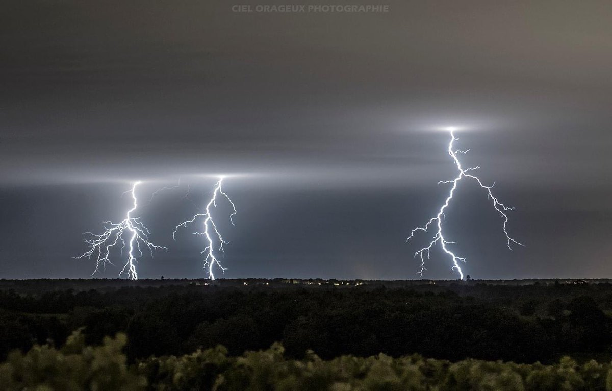 Triple impacts ramifiés la nuit dernière dans le #Médoc près de #Pauillac.  Magnifique photo par Ciel Orageux Photographie ->