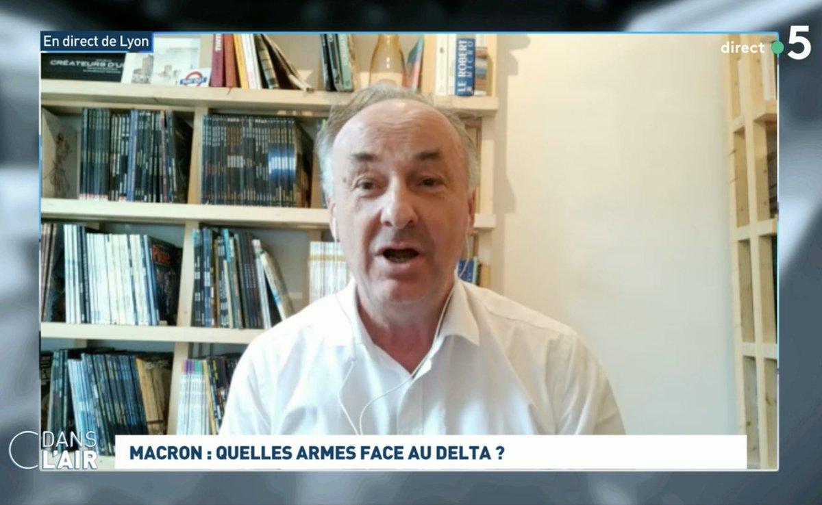 Oh, dans @Cdanslair , Monsieur Bruno Lina a tous les albums de SILLAGE ! Merci à lui (Si vous pouvez lui dire que le scénariste le remercie) ! @France5tv @DelcourtBD  #cdanslair https://t.co/75TFL5WjBY