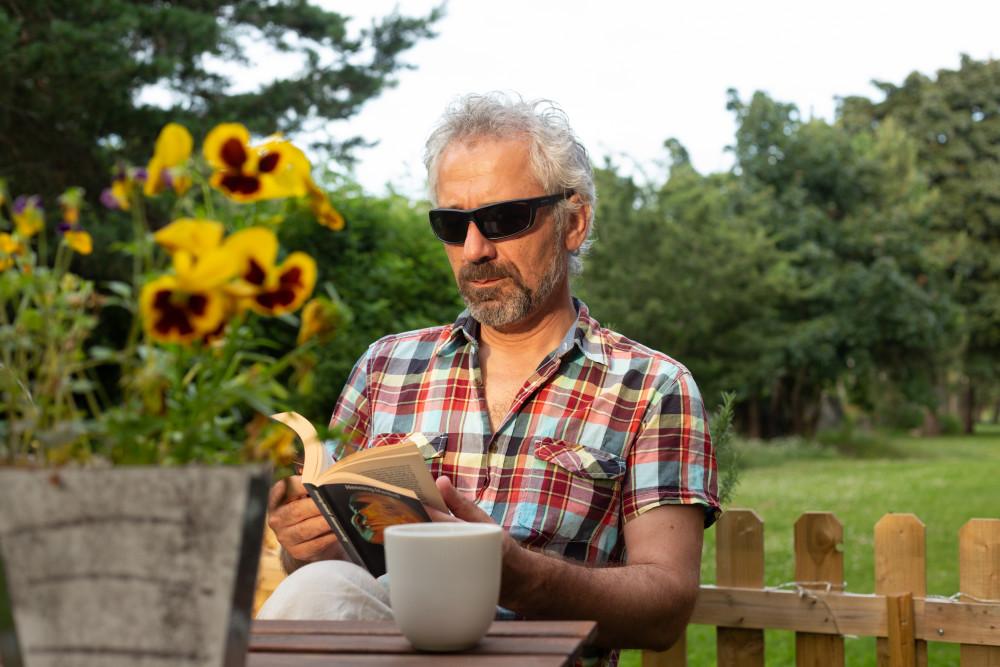 Svårt att läsa menyn på uteserveringen? Med våra solglasögon med läsruta räcker det att ta med ett par glasögon. Skyddar ögonen från solens starka strålar samtidigt som du kan komma ikapp med sommarläsningen. https://t.co/fIVWxcmwJa https://t.co/fuW4xWUsOs