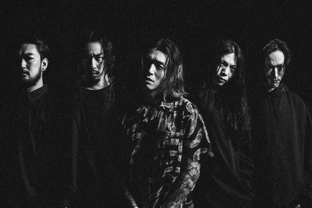 """ニューシングル """"CURSE"""" が本日発売。  これまでサポートメンバーとしてCrystal Lakeを支えてくれていたGAKU、MITSURUが正式メンバーとして加入。そして新ギタリストにTJを迎え、新体制で始動します。  新たな布陣となり初のツアーである """"CURSE Tour"""" を楽しみにしていてください。"""
