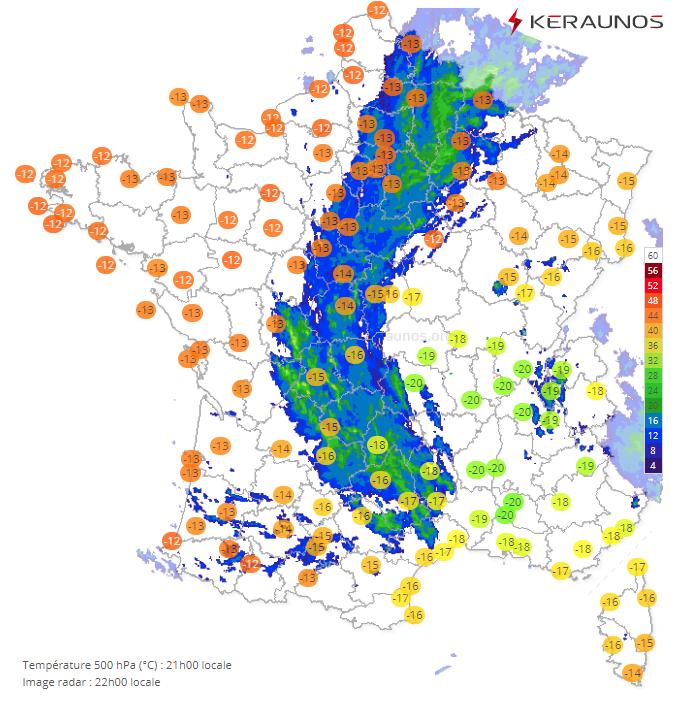 Un axe pluvieux actif persiste ce soir des Ardennes au bassin parisien et à l'ouest du Massif-Central. On identifie le cœur de la goutte froide sur Rhône-Alpes avec des températures à 500 hPa de -20°C, ce qui est bas pour la saison sur ce secteur.