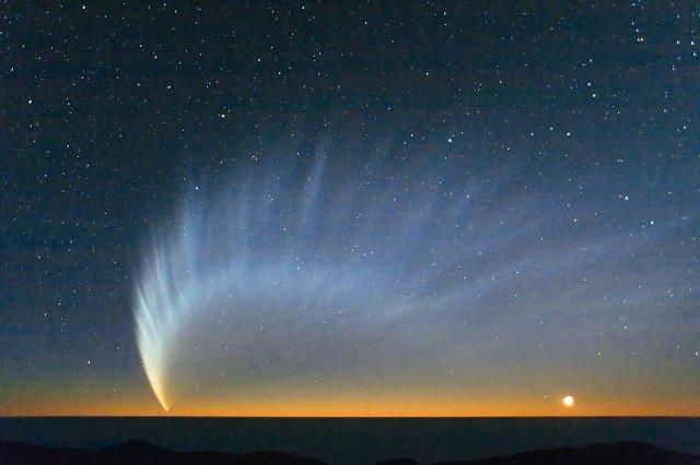 実は後ろに伸びているわけじゃない?!彗星の尾の伸び方について、分かりやすく紹介したイラストが話題に!