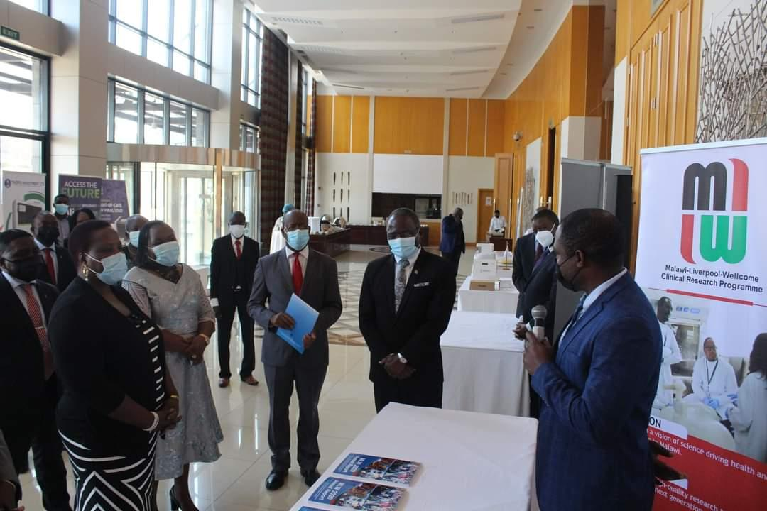 Our Assistant Laboratory Manager George Selemani presenting Malawi Liverpool Wellcome Trust's work to the Minister of Health Honourable @HonKandodo during the Malawi Medical Laboratories ISO 15189:2012 SADCAS Accreditation Award Ceremony. https://t.co/0rkcvazWhP