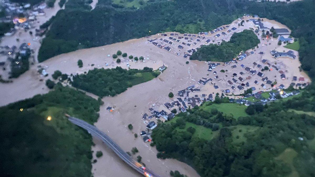 Le bilan continu de s'alourdir en #Allemagne, avec au moins 56 personnes décédées suite aux #inondations catastrophiques. #flooding #Germany