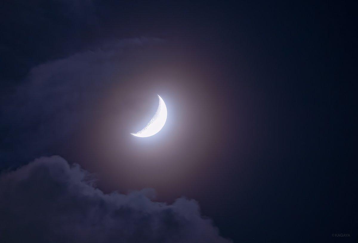空をご覧ください。 西に笑った形の月が輝いています。 (今、撮影) 今日もお疲れさまでした。
