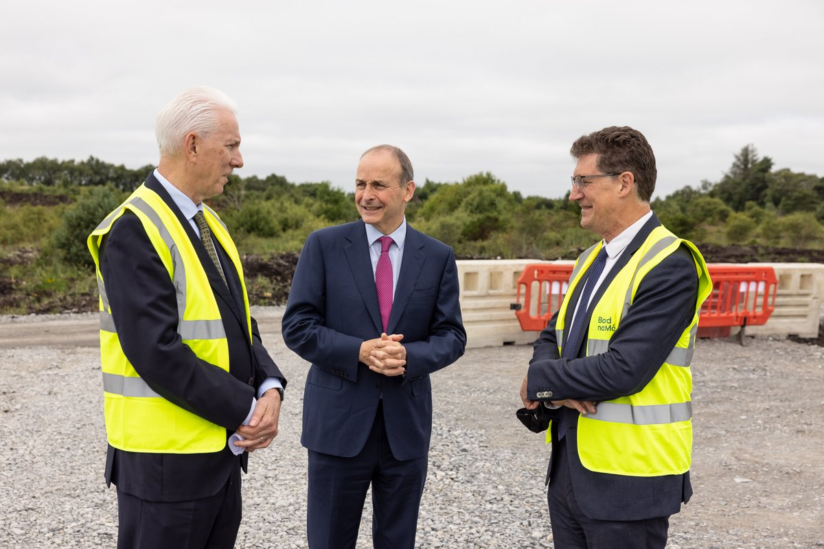 Pleased to visit Offaly today and the @BordnaMona Cloncreen wind farm site with @EamonRyan   #ClimateChange is a defining issue for us all – and it's vital a Just Transition is found.  Projects like this will support sustainable jobs for years to come. https://t.co/smAn4XPF0U