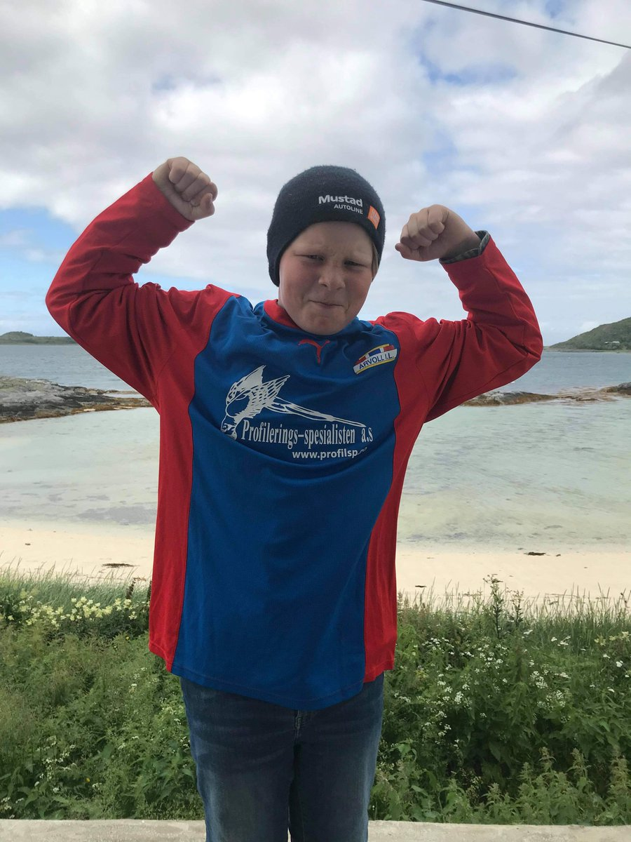 Et herlig tilsendt bilde som absolutt må deles!  Årvoll har supportere (og fremtidige spillere) overalt. Her ved Edgar (11) på Burøya i Steigen.