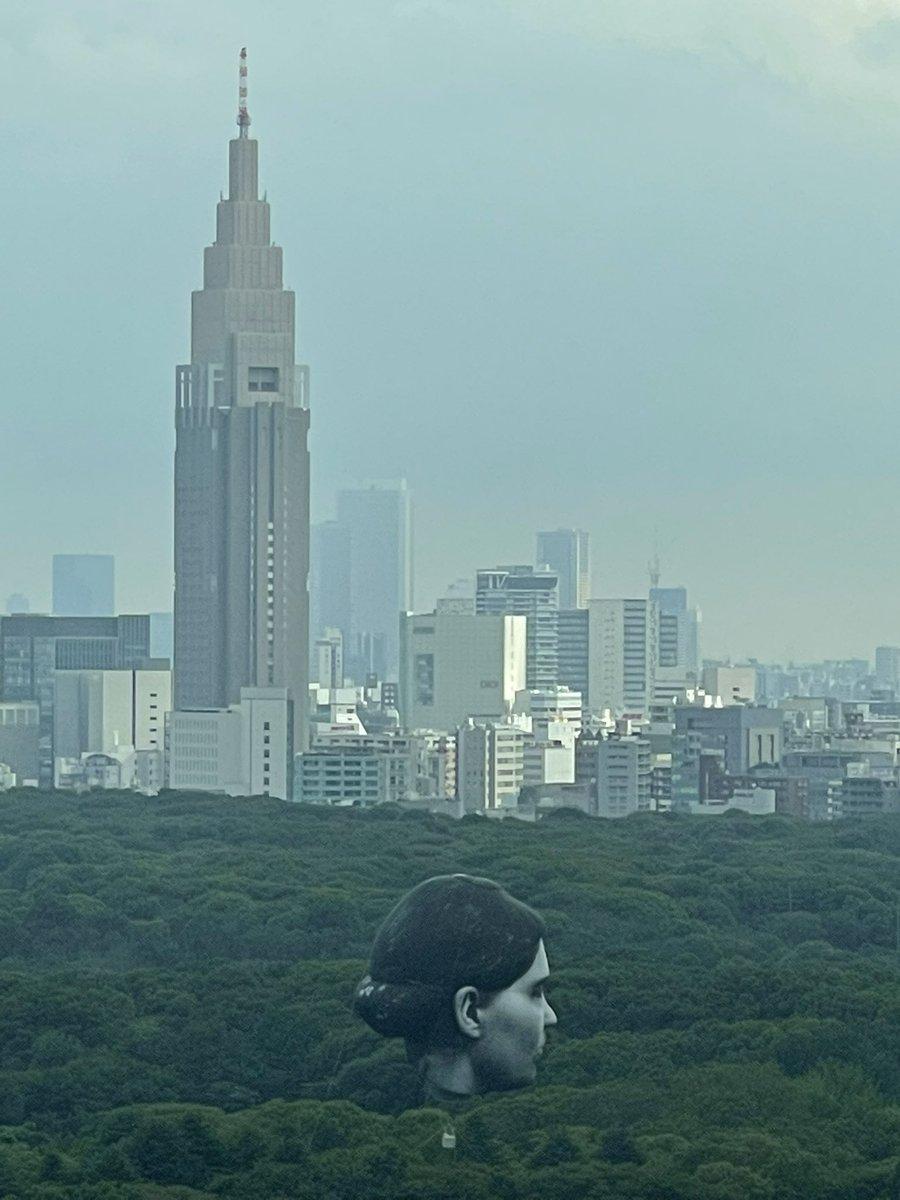 朝起きたら代々木公園に女型の巨人いるんですけど… (;´༎ຶД༎ຶ`)<こ… 怖い…